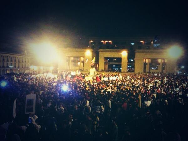 #CacerolazoNacional Plaza de Bolívar a reventar canta himno nacional. Colombia se puso la ruana. #VivaElParo
