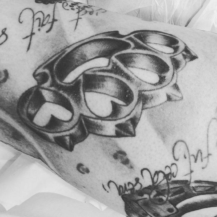 poing américain tatouage tattoo old school