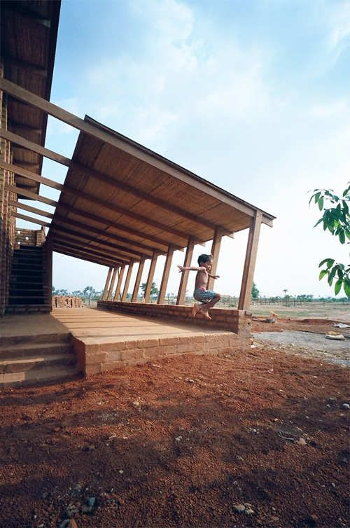 Fly roof with raking composite columns Sra Pou Vocational School / Architects Rudanko + Kankkunen