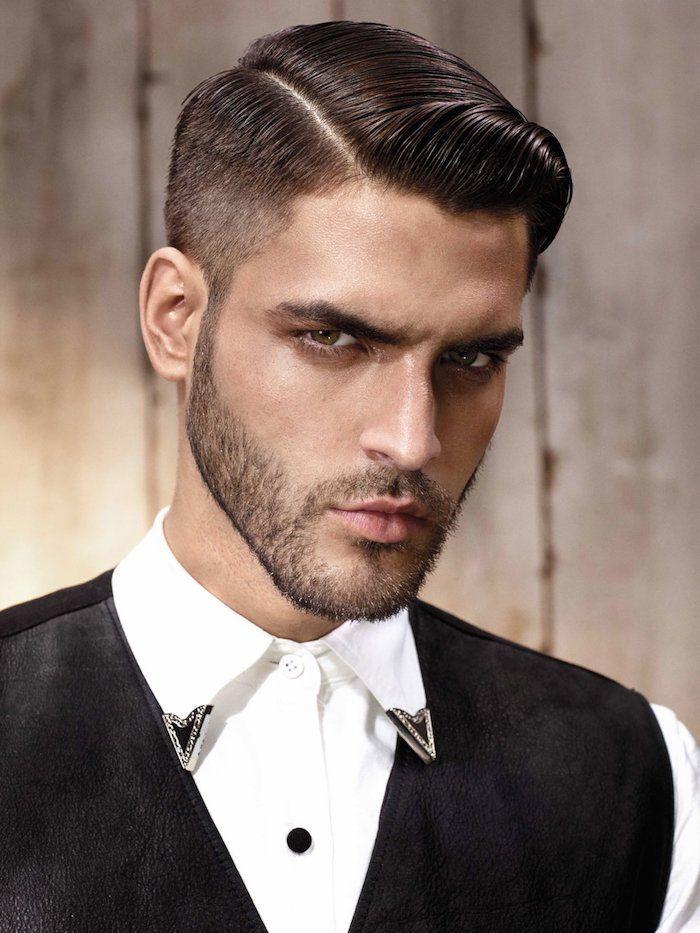 coupe de cheveux homme court, chemise blanche avec col et boutons noirs, blazer noir sans manches homme