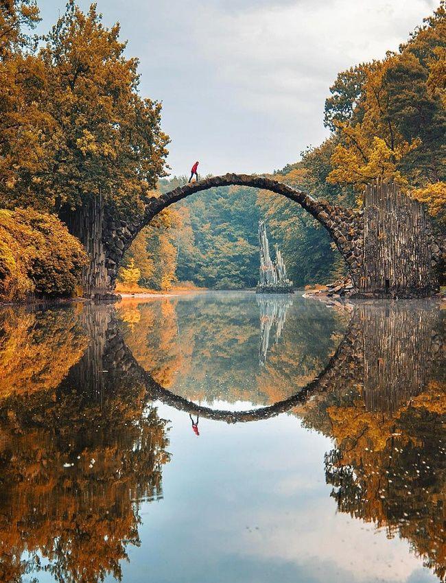 Le pont Rakotzbrücke au Parc d'azalées et de rhododendrons de Kromlau, Gablenz, Allemagne.
