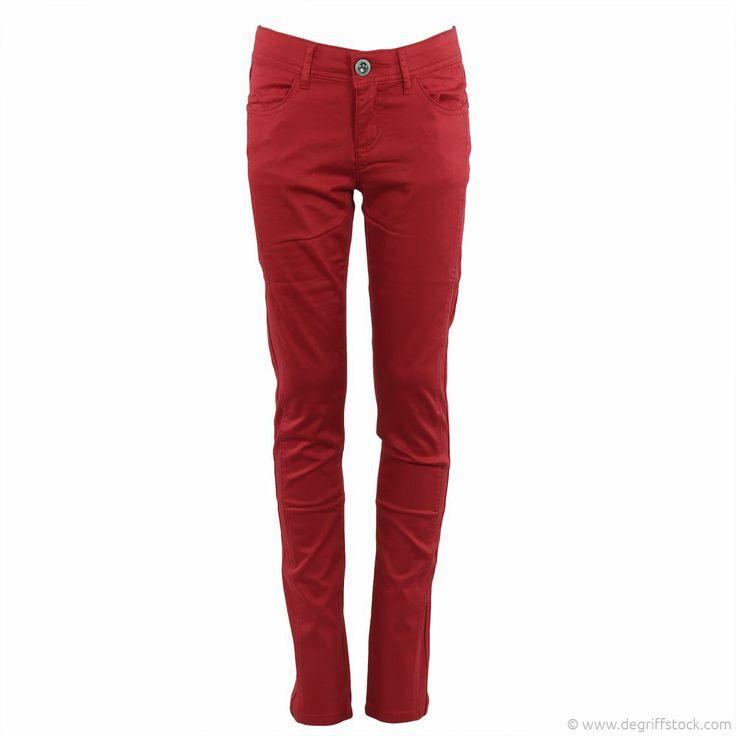 Pantalon rouge fille DDP - Dégriff'Stock  Très agréable à porter, ce pantalon rose fluo séduira ces jeunes demoiselles ! Sa fermeture zippée est réhaussée d'un bouton strass. Des passants pour ceinture permettront de l'accessoiriser selon l'envie !