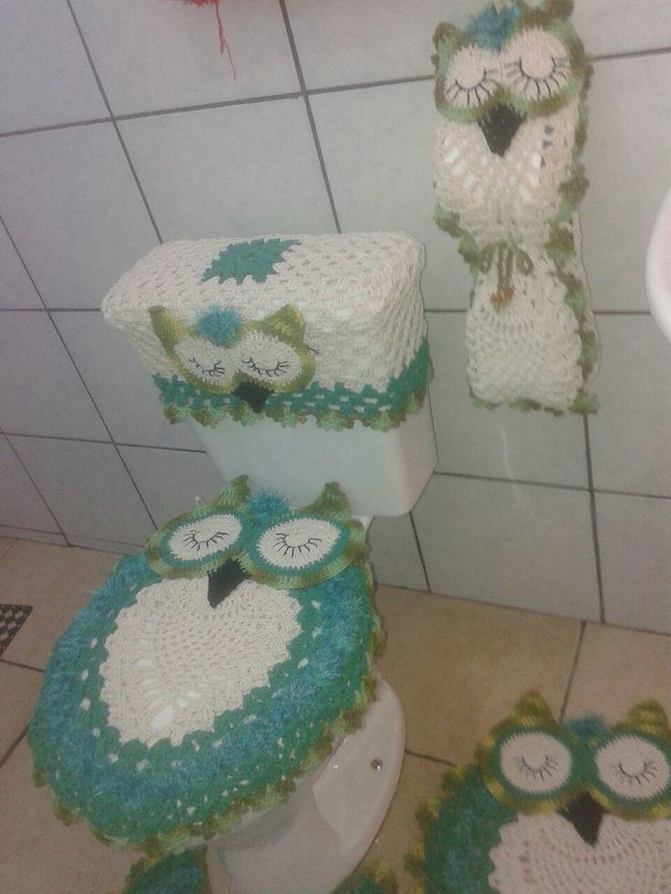 jogo de banheiro feito com barbante de ótima qualidade na cor crua com verde escuro e verde mesclado  contém 5 peças  1 tapete para pia  1 tapete para o vaso  1 capa para tampo do vaso  1 capa pa caixa descarga aclopada  1 porta papel ingiênico para 2 rolos  se preferir, pode escolher outras cores