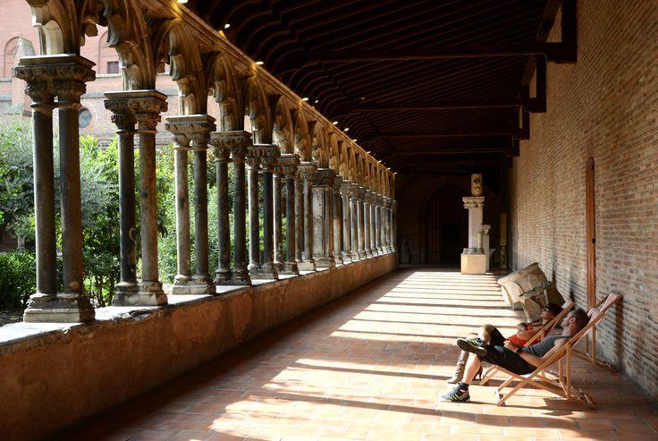 Se relaxer dans les transats du cloître du Musée des Augustins © CRT MIdi-Pyrénées - P. Thébault #visiteztoulouse #toulouse