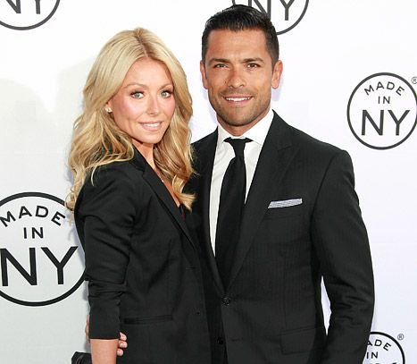 """Kelly Ripa on 17th Wedding Anniversary With Mark Consuelos: Marriage """"Feels Like Minutes"""" - Us Weekly"""