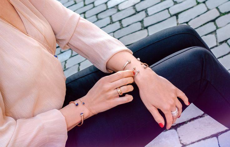 Possession, so nennt sich seit mehr als 25 Jahrendie berühmte Schmucklinie von Piaget, deren Mittelpunkt das sich drehende Ringelement ist. Bekannt für die Kombination aus feinen Brillanten und edlem Weiß- und Roségold, wurde die Kollektion nun um eine Farbpalette von vier unterschiedlichen Edelsteinen erweitert: Blau (Lapislazuli),Rot (Karneol), Schwarz (Onyx) und Türkis.  Das Zusammenspiel von Diamanten und dem tiefblauen Lapis-Lazuli ist dezent und in Verbindung mit dem warmen…