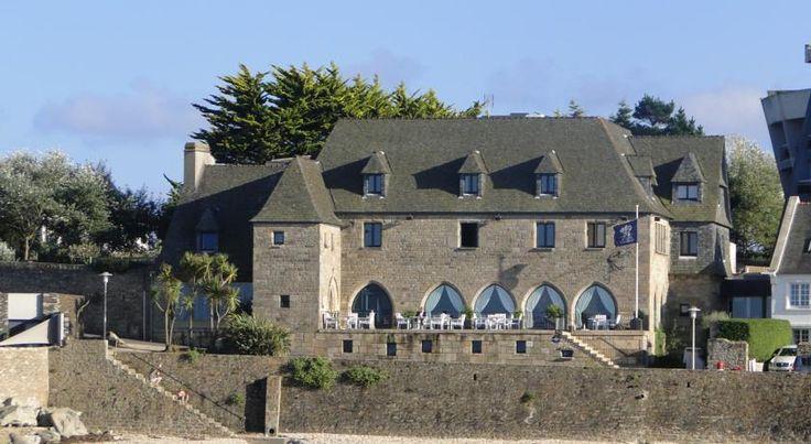 Hotel Brittany - Roscoff,  Finistere, França  O edifício  do século XVII foi reconstruído pedra por pedra na península de St. Barbe, em Roscoff, em 1974, pela família Chapalain, uma antiga propriedade de comerciantes,  com paredes de granito impenetráveis como uma fortaleza.  Com uma vista estratégica única, é hoje um hotel  elegante, acolhedor e encantador, com face tanto para o porto como para a ilha de Batz  e para a frota de barcos de pesca.   O Brittany hoje, não muito longe da marina…