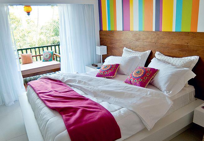 Sem medo de ousar, a arquiteta Andrea Murao propôs uma ideia arrojada para esta casa de praia na praia de Tabatinga,em Caraguatatuba (SP).Tons fortes se misturam no quarto. A cabeceira de madeira de demolição aquece o visual. Criados-mudos brancos e cortinas leves, de voile, refrescam o projeto