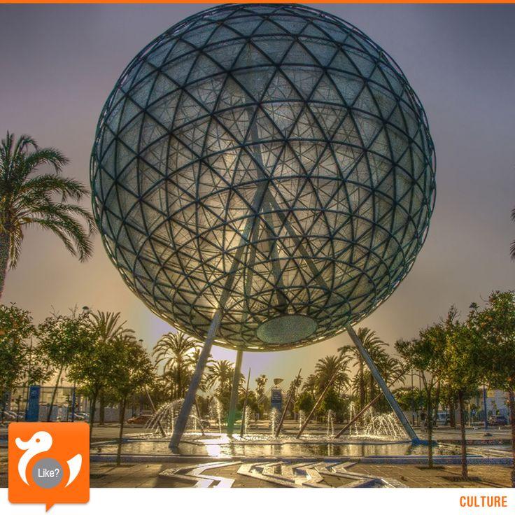 """Si chiude in Spagna Expo 1992. L'Esposizione Universale di Siviglia, iniziata il 20 aprile e conclusasi il 12 ottobre, prevede il tema """"L'era delle scoperte"""". Non a caso la data finale corrisponde con quella della scoperta dell'America. Totale visitatori: quasi 42 milioni."""