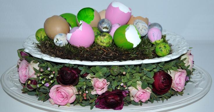 Vrolijk Paasbloemstuk met gekleurde eieren