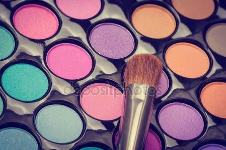 Descargar - Maquillaje colores paleta de sombra de ojos con - cepillo — Imagen de stock #146132889