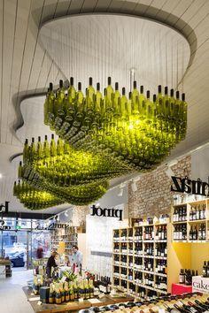 """A loja Wine Republic, em Melbourne, teve uma ótima ideia de decoração. O lustre é feito de 800 garrafas e tem o nome de """"Wine Cloud"""", ou """"nuvem de vinho"""", em tradução livre. #decor #design"""