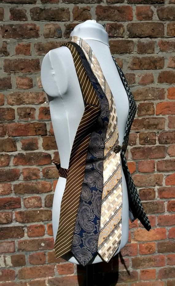 Wunderbar einzigartige Upcycled Weste aus Vintage Krawatten gefertigt. Perfekt für feste oder besondere Anlässe,  Jeder mache ich ist völlig einzigartig, nehme ich Zeit und Sorgfalt über die richtigen Farbkombinationen auswählen. Es bindet um den Rücken, so dass es leicht angepasst und Sie passen perfekt, und eine niedliche Vintage-Stil Metall Frosch Verbindungselement anschließt es an der Vorderseite (also wenn Sie es auf Ihre Größe durch das Binden der hinten montiert habe nimmt man…