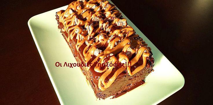 Υποκλίνομαι σ'αυτόν τον καταπληκτικό σοκολατένιο παράδεισο...!!!  Ένα σοκολατένιο κέικ που είναι από μόνο του τόσο νωπό σαν σιροπιαστό σε συνδιασμό με μια σοκολατένια βουτυρόκρεμα με ζαχαρούχο και κακάο,επικάλυψη με γκανάζ σοκολάτας,και γαρνιρισμένο με σοκολατοκαραμελένιες μπάρες και