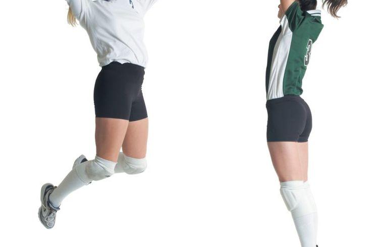 Tres leyes de Newton sobre el movimiento para el voleibol. He aquí un pensamiento divertido: La próxima vez que mires la acción de ritmo rápido de un partido de voleibol, considera cuántas leyes de la física se están demostrando en la cancha. Por ejemplo, cada movimiento de la bola o los atletas ...