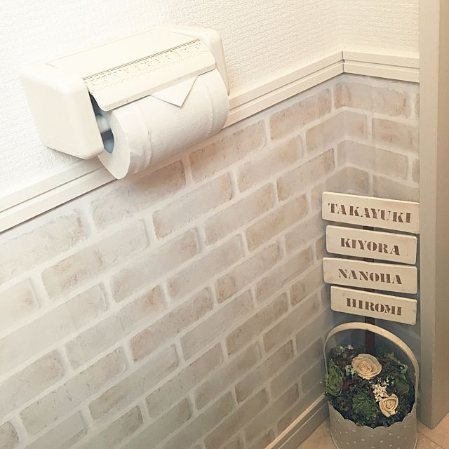 女性で、4LDK、家族住まいの白が好き/リメイクシート/グリーンファーム/ステンシルプレート/ダイソー…などについてのインテリア実例を紹介。「リメイクシートと壁紙の間に巾木を取り付けました♡トイレが完成しつつあります♡」(この写真は 2016-04-11 07:17:49 に共有されました)