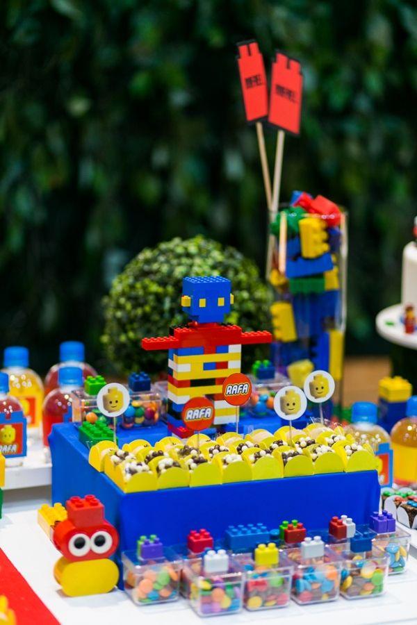 Detalhes da mesa de doces para festa com tema Lego. Foto: Studio See You