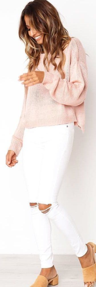 #spring #outfits woman in pink sweater and white skinny jeans standing near white wall. Pic by @petalandpup