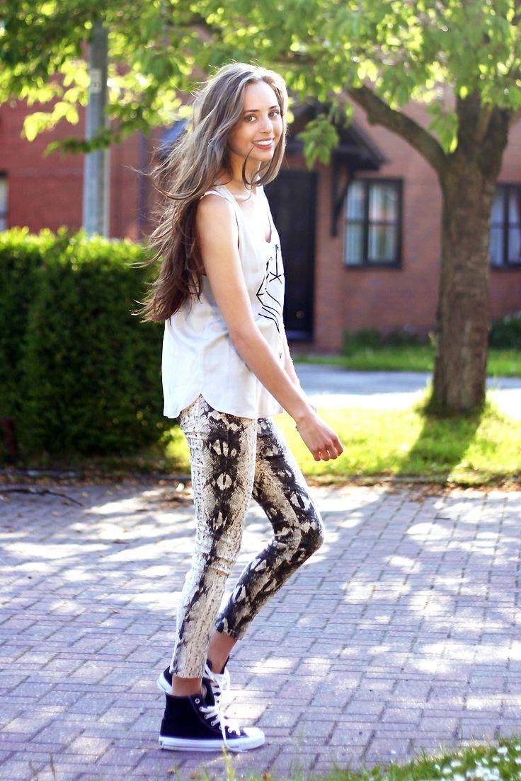 Le Converse nere sono perfette con i leggings stile pitonato e la t-shirt spiritosa. #outfit