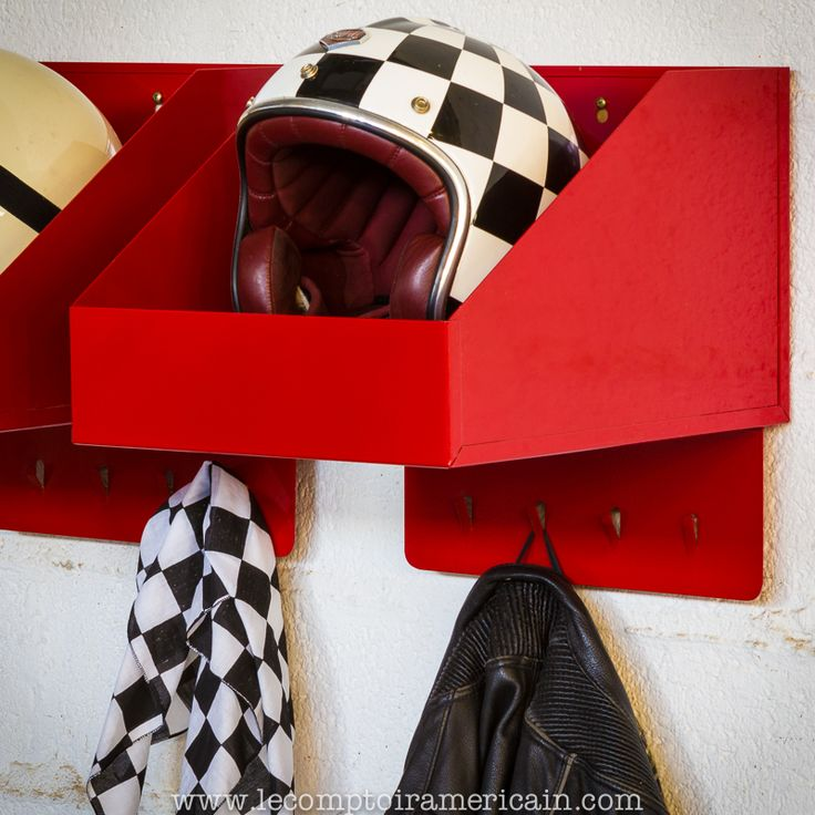 Étagère à casque #helmet #casque #jet #intégral #caferacer #bobber #norton #BSA #triumph #harley #harleydavidson #arai #Bell #Shoei #AGV #Ruby #Davida #Velocette #madeinUSA #lecomptoiramericain