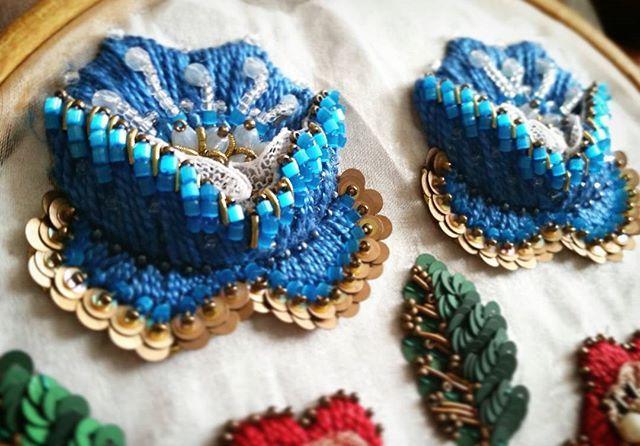 Вот такие яркие цветочки получились.Лето ушло, а красок хочется ---------------- - - - #beautiful #мойтворческиймомент #красота #винтаж #fashion #art #flowers #handmade #украшения #ручнаяработа #handmade #follow #happy #sun #love #синий #вдохновение #вышивка #ручнаявышивка #вышивкагладью #авторскаяработа #рукоделие #авторскаявышивка #красота