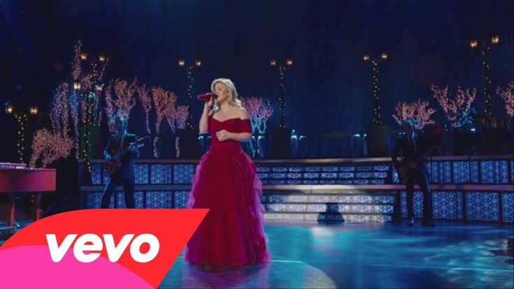 Kelly Clarkson sings 'Silent Night' with Reba and Trisha Yearwood .....Amazing I just love this :)