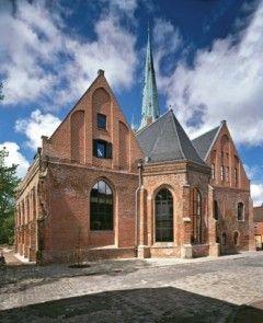 Magníficas bibliotecas del mundo en fotos Biblioteca John à Lasco, Emden, Alemania Esta iglesia del siglo XVI fue bombardeada en la Segunda Guerra Mundial y permaneció como ruina hasta la década de 1990, cuando fue incorporada a un nuevo edificio de una biblioteca.