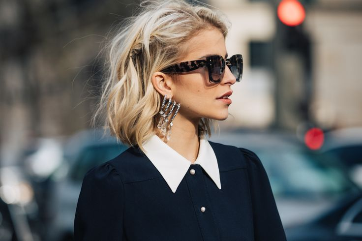 Street style à la Fashion Week automne-hiver 2017-2018 de Paris le carré court blond wavy