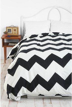 La cama es blanca y negra y importante.