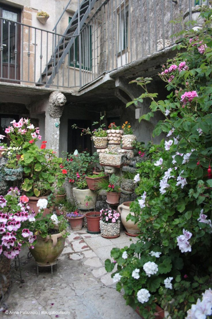 Typical bloomy #courtyard in #Erice, #Sicily. This medieval town is about 15 km from #Trapani, to visit it have a look at www.bebtrapanilveliero.it