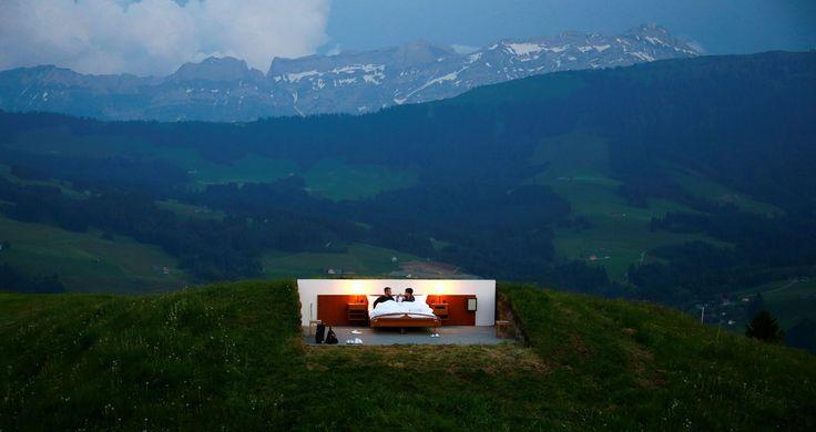 ON A AIMÉ CETTE IMAGE - Loin des traditionnels complexes hôteliers suisses, deux artistes ont imaginé un refuge perdu au milieu des collines de la région d'Appenzell, pour profiter au mieux du paysage majestueux du pays. Et respirer. Loin de tout.