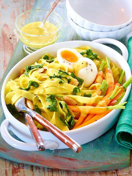 Frühling, ick hör dir trapsen - und zwar in diesem leckeren Pastagericht: Bandnudeln mit glasierten Möhren, Spinat und Eiern in Currysoße