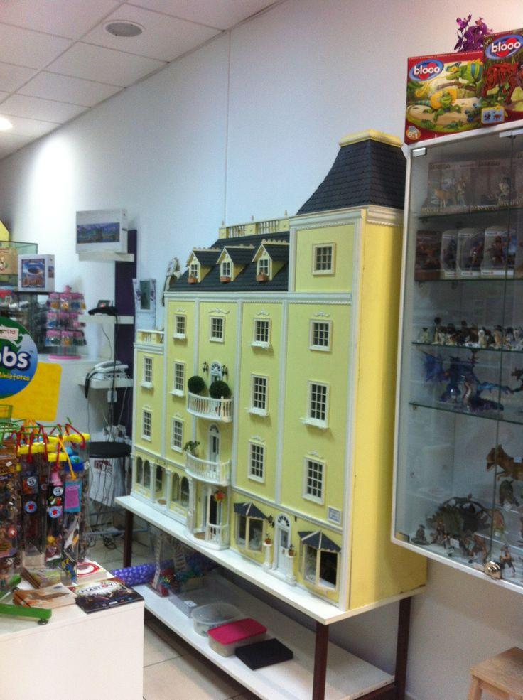 Ven a descubrir nuestra preciosa casa de muñecas totalmente decorada y amueblada