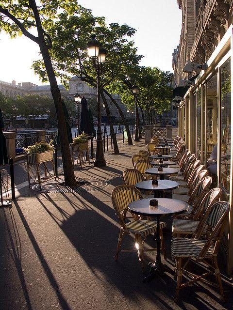 ...au calme à la terrasse d'un café...