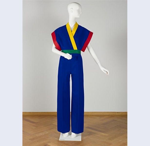 Frans Molenaar [1940- ...] (ontwerper) Broekpak bestaande uit hes en broek van blauw wollen vilt, met op het hesje rood, geel groene biezen van vilt Nederland 1972 wol metaal kunststof Gemeentemuseum Den Haag: 1022188
