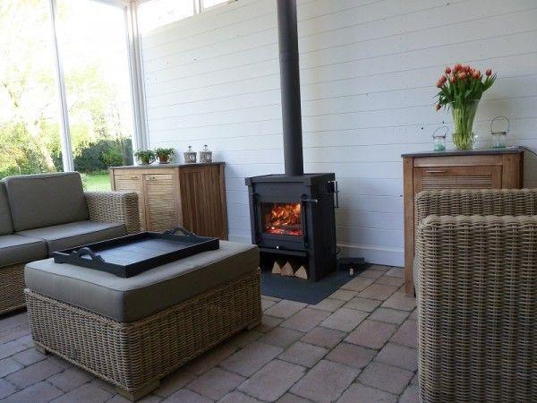 Wij hebben een kachel gekocht en laten plaatsen door van Rossum kachels in Beneden- Leeuwen. Deze kachel staat nu heerlijk te branden in onze nieuwe veranda.