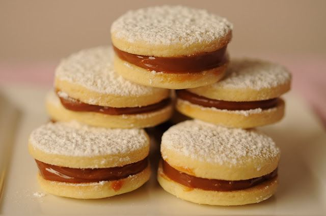 Postres peruanos clásicos- a classic Peruvian dessert called: Alfajores. They are like butter cookies filled with dulce de leche in the middle.