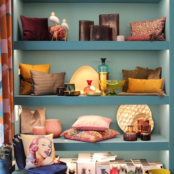 Du Mochtest Den Ganzen Sonntag Auf Der Couch Verbringen Wir Verstehen Das Besonders Dann Wenn Man Es Dank Unseren Kissen Home Decor Floating Shelves Shelves