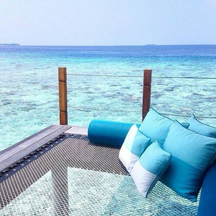 Tudo aqui gira em torno de fazer você se desligar do mundo capitalista estressado, entrar em harmonia com a natureza e pensar apenas nas necessidades básicas da vida: dormir, comer, repetir. Quando cansar, pode se bronzear nas areias alvas e finas, surfar, nadar e mergulhar nas águas mornas e cristalinas habitadas por corais lindíssimos e vida marinha rica e colorida, incluindo tubarões, baleias e arraias. Ilhas Maldivas.  Clique no post para saber mais detalhes ou acesse www.acamminare.com.