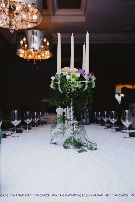 Строго выдержанная сервировка стола с красивым канделябром, крашенным цветами пудричных и лавандовых оттенков!