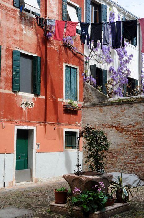 Um cortil (corte) veneziano típico. Dá pra ver que é uma zona baixa da cidade pela barreira de metal que tem na porta. Ela evita que a água invada a casa no inverno, quando a acqua alta vem com força.