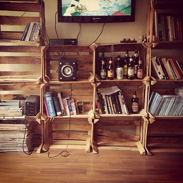 A estante de caixotes de frutas feita pela @raquelssaa para a sua casa. Mostre seu cantinho para a gente.