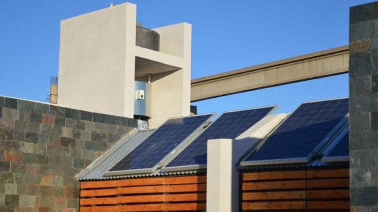 Las casas generan energía con paneles solares y tienen sistemas de ahorro de agua; el costo inicial de construcción es más alto, pero se compensa con el ahorro en consumos