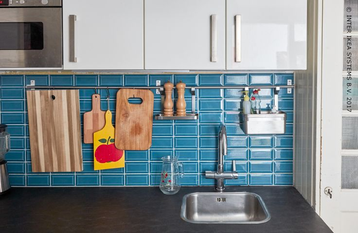 Heb jij een kleine keuken en wil je komaf maken met al die rommel? Met extra planken, stangen, magneetlijsten en transparante voorraaddozen wordt je keuken functioneler én gebruiksvriendelijker. Ontdek onze ideeën om orde te brengen in de chaos! #IKEABE #IKEAidee Do you have a small kitchen and do you want to get rid of all that clutter? With extra shelves, shelf inserts, storage rails, magnetic strips and clear storage jars, your kitchen is much more functional. Discover our ideas. #IKEABE