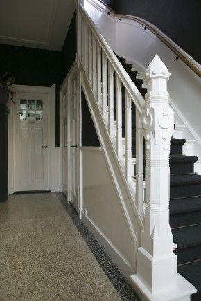 Evt. omdraaien: donkere lambrisering met witte muren. Radiator meeverven in donkere kleur