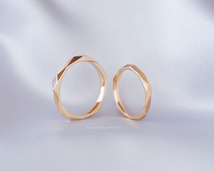 Geometrik rose altın alyans. Farklı alyans modeli zarif ve ince. Rose gold mod…