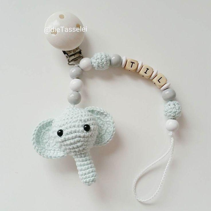 idalino14 Und noch eine Schnullerkette für den kleinen Til @farbsucht #häkelnisttoll #häkeln #baby #schwanger #babygeschenk #amigurumi #mommytobe #momtobe #pregnant #babygirl #babyboy #craftastherapy #crochet #crochetlove #crochetaddict #idalinocrochet #babygift #instamum #instababy #instacrochet #babybump #crochetinspiration #elephant #elefant #schnullerkette #kinderwagenkette #virka #haken #greifling #schnullerkettemitname