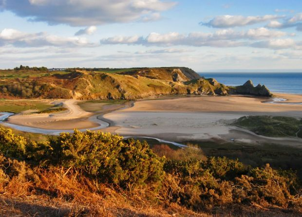 Three Cliffs Bay in Glamorgan is a beautiful location. It's a dog friendly beach that's rarely busy and great for budding photographers as well as dog walkers.