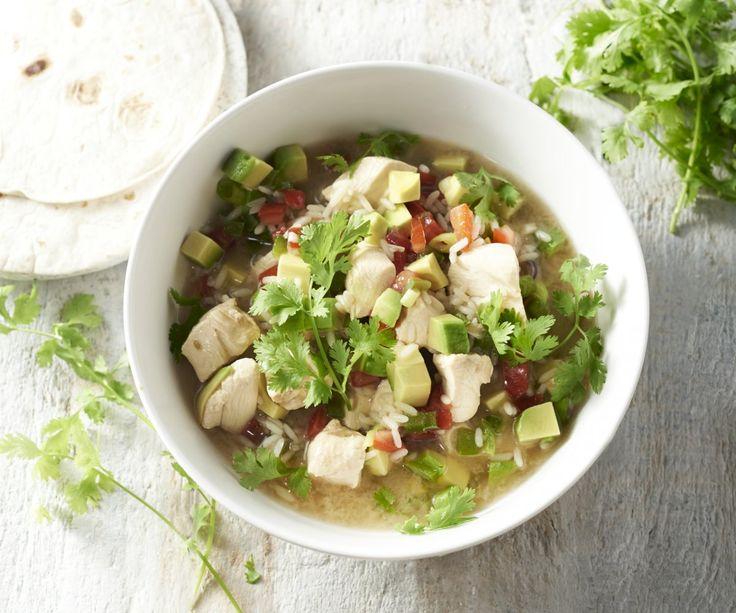 Minestrone messicano con pollo e riso - Scoprite la famosa 'sopa de lima' messicana, un sostanzioso minestrone a base di pollo, riso, pomodori, avocado, coriandolo e succo di lime. Un piatto unico e molto diverso dal solito taco o tortilla, da provare assolutamente!