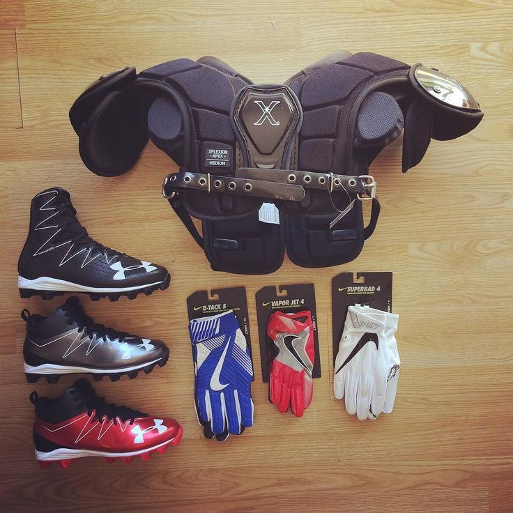 Épaulière xenith apex crampons under Armour highlight / hammer. Gant Nike vapor jet 4.0 / Nike D-Tack 5 / Nike Superbad 4.0 disponibles sur http://ift.tt/1ADfMju Livraison gratuite  @sportland_american  #sportlandamerican #underarmour #xenith #nike #football #footus #shoulderpads #gloves #receiver #linemen